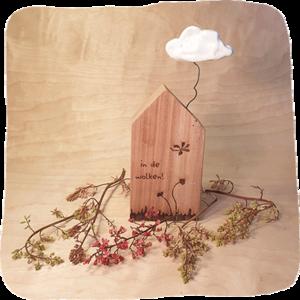 houten huisje in de wolken